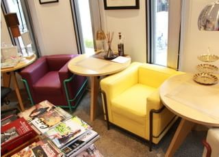六本木けやき坂デンタルオフィスの待合室はくつろげる空間です。