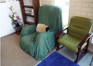 待合室です。ゆったりとしたソファでおくつろぎ下さい。