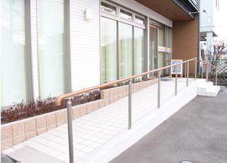 玄関はスロープもあるのでどなたでもご利用いただきやすくなっております。