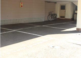 駐車場は医院の下になっています。