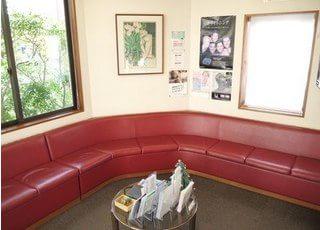 深谷歯科医院の待合室です。ゆったりとしたソファーでリラックスしてお待ち下さい。