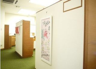 待合室から診察室への入り口です。明るい院内を目指しています。