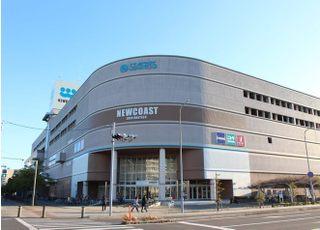 大きなショッピングモールですので、広い駐車場をご利用いただけます。新浦安駅からはバスも出ております。 11番系統バス、「日の出公民館」 から徒歩1分です。