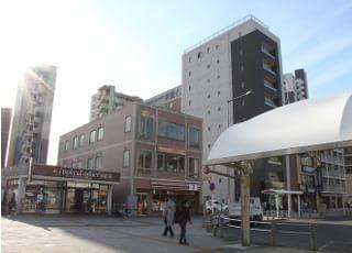 八潮駅の北口から徒歩2分ほどの場所にございます。
