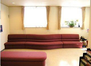 待合スペースには、高級感のあるソファがあります。ごゆっくり、おくつろぎください。