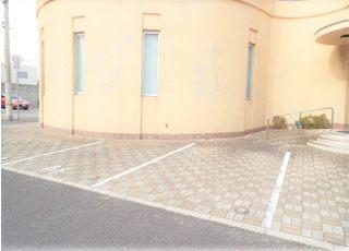 車でお越しの際は、駐車場をご利用ください。