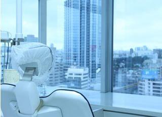 診療チェアからは窓の外が見え、開放感があります。