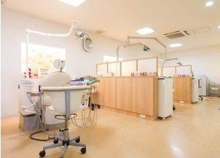 とても広く、診療用のユニットの間にパーテーションがあり患者様にはストレスを与えません。