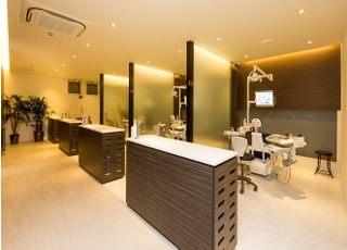 診療室はパーテーションで仕切られていますので、プライベートの空間を確保できます。