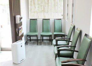 落ち着いた印象の待合室です。