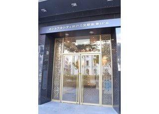 ビルの入り口です三宮駅から徒歩5分以内、大通り沿いにございますので、買物帰りでもぜひお越しください。