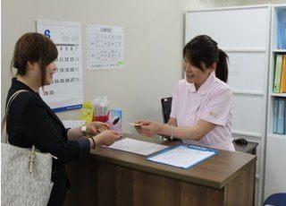 ご来院なさいましたらスタッフに診察券のご提示をお願いします。