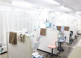 診療室内の各チェア間は仕切られています。