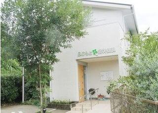 木葉駅より、お車で25分です。駐車場ございます。緑に囲まれた、ふじもと歯科医院です。