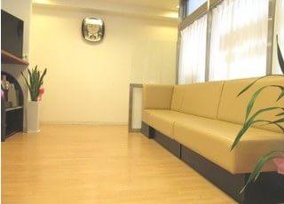 医院待合です。待ち時間がある場合はこちらでくつろいでお過ごしください。