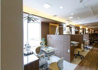 診療室はパーテーションで区切られているので、周りの目を気にすることなく治療が受けられます。