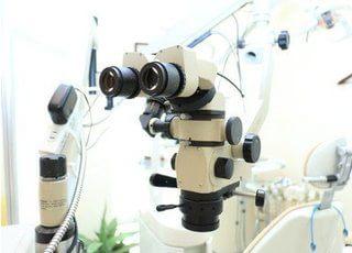 マイクロスコープを使い、今まで肉眼ではできなかった詳細な治療を行うことが可能です。