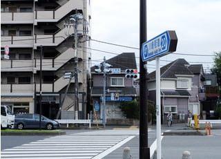 聖蹟桜ヶ丘駅から川崎街道沿いに行き、新大栗橋交差点を渡るとすぐのところに医院があります。