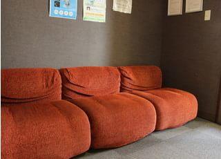 ゆっくりくつろげるようにソファもご用意しております。