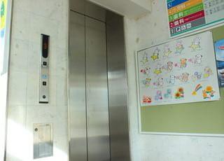 エレベーターがございますので、ご高齢の方やベビーカーをお連れの方でも安心してご来院ください。