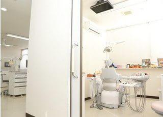 お子様専用の個室診療室です。天井にテレビがございますので、楽しいDVDを鑑賞していただけます。