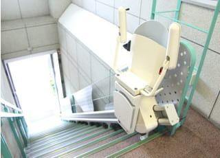 車いすの患者さまは、いす式階段昇降機をご利用ください