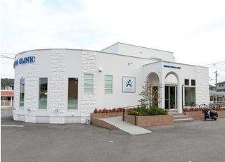 圭介歯科・矯正歯科の外観です。白い建物が目印です。
