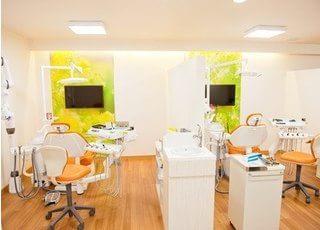 診療スペースはチェアごとに隔てられており、プライバシーが守られる環境です。