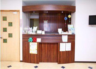 受付です。当院は耳鼻咽喉科も同施設内で診療しているため、歯科の受診とお申し付け下さい。