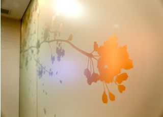 ガラスでできた壁は、桜のデザインが施されています。