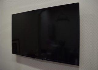 個室には大画面モニターがございます。