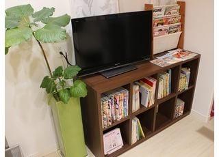 待合室には、テレビや本がございます。お待ちの時間にご利用ください。
