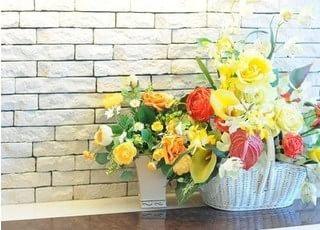 院内にはお花を飾り、リラックスしていただける空間づくりを心がけています。