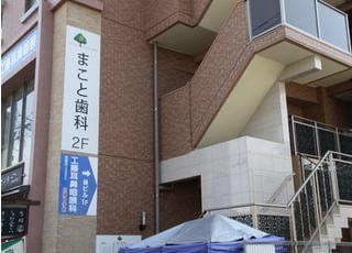 裏手側からの入り口です。こちらの建物の2Fになります。