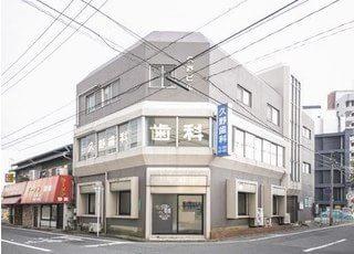 久野歯科医院の外観です。白い建物が目印です。