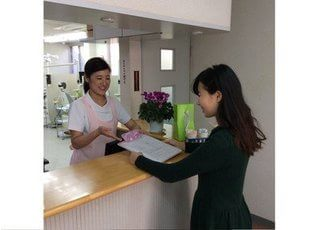 スタッフが笑顔で患者様をお迎えいたします。