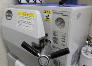 滅菌器で機器の滅菌もしています