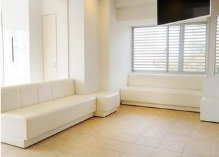 白を基調とした大きなソファでおまちください。