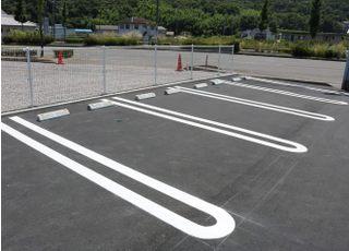 お車でお越しの際は、駐車場をご利用ください。