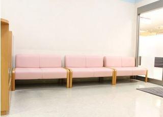 待合室です。雑誌や絵本、キッズスペースもございます。