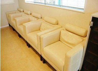 待合室にはリラックスできるふかふかなソファーがあります。