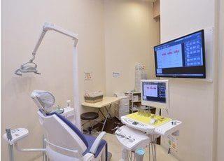 診療室には大きなモニターが設置されています。こちらを使用することで患者様により分かりやすい説明をすることができます。