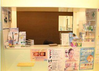 受付です。各種歯科用品の販売も行っておりますので、お求めの方はスタッフにお申し付けください。
