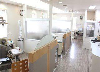 各診療スペースは、隣の方から見えないよう区切られています。治療中は周りが気になりません。