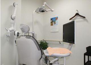 診療室は快適に治療できるように、ハンガーを置いています。