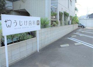 駐車場は医院の正面と西側にございますのでご利用下さい。