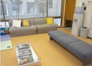 広々とした待合室にはTVもあります。