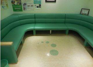 待合室には大きなソファがあり、ゆったりとくつろいでお待ちいただけます。