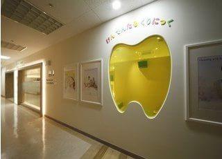 キッズスペースは表から見える歯の形をした窓の奥にあります。