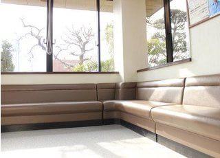 待合室です。窓からは庭の景色が見えます。リラックスしてお待ちください。